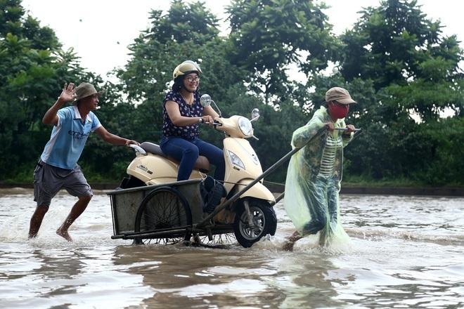 Hà Nội: Người dân kiếm hàng triệu đồng với dịch vụ giải cứu xe và người thoát khỏi nơi ngập úng. - Ảnh 7.