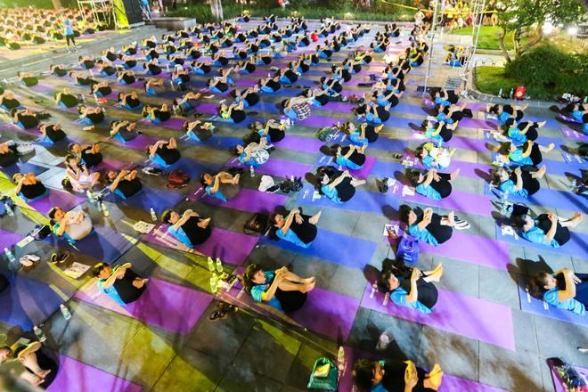 Hà Nội: Hơn 1.000 người tham gia trình diễn màn Yoga độc đáo trên phố đi bộ Hồ Gươm - Ảnh 4.