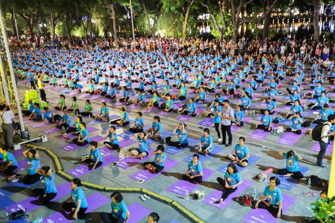 Hà Nội: Hơn 1.000 người tham gia trình diễn màn Yoga độc đáo trên phố đi bộ Hồ Gươm - Ảnh 3.