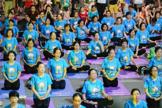 Hà Nội: Hơn 1.000 người tham gia trình diễn màn Yoga độc đáo trên phố đi bộ Hồ Gươm - Ảnh 6.