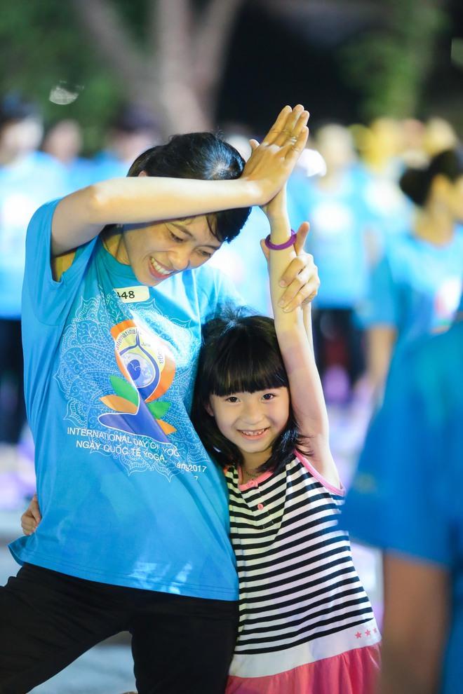 Hà Nội: Hơn 1.000 người tham gia trình diễn màn Yoga độc đáo trên phố đi bộ Hồ Gươm - Ảnh 7.