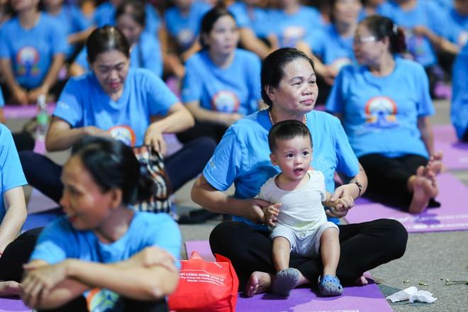 Hà Nội: Hơn 1.000 người tham gia trình diễn màn Yoga độc đáo trên phố đi bộ Hồ Gươm - Ảnh 5.