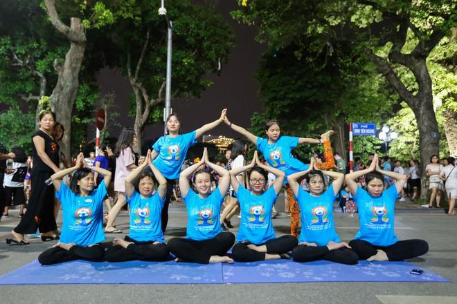 Hà Nội: Hơn 1.000 người tham gia trình diễn màn Yoga độc đáo trên phố đi bộ Hồ Gươm - Ảnh 10.