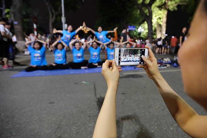 Hà Nội: Hơn 1.000 người tham gia trình diễn màn Yoga độc đáo trên phố đi bộ Hồ Gươm - Ảnh 9.