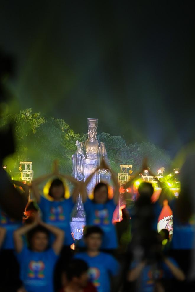 Hà Nội: Hơn 1.000 người tham gia trình diễn màn Yoga độc đáo trên phố đi bộ Hồ Gươm - Ảnh 8.