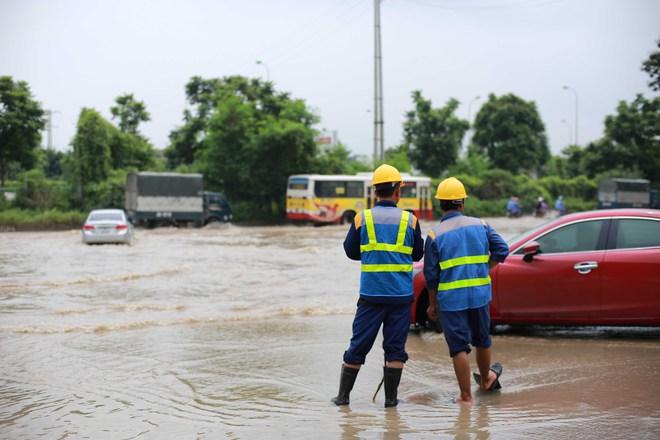 Hà Nội: Đại lộ Thăng Long ngập sâu hơn 1m sau trận mưa lớn - Ảnh 12.