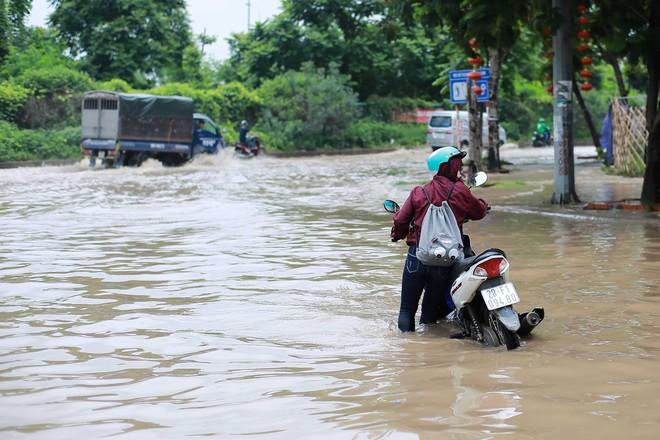 Hà Nội: Đại lộ Thăng Long ngập sâu hơn 1m sau trận mưa lớn - Ảnh 11.