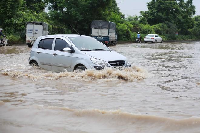 Hà Nội: Đại lộ Thăng Long ngập sâu hơn 1m sau trận mưa lớn - Ảnh 10.