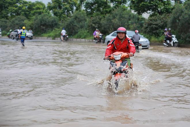 Hà Nội: Đại lộ Thăng Long ngập sâu hơn 1m sau trận mưa lớn - Ảnh 9.