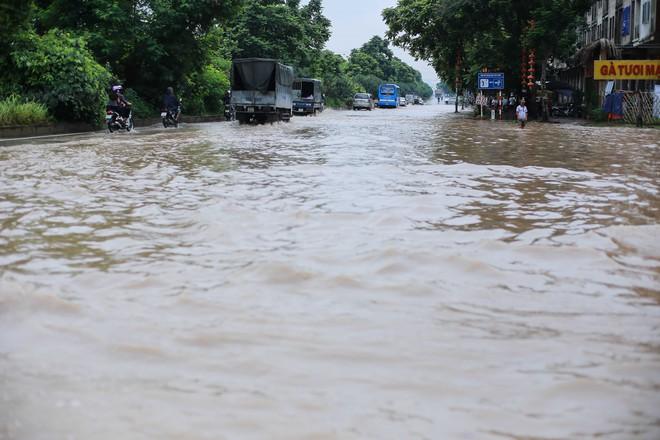 Hà Nội: Đại lộ Thăng Long ngập sâu hơn 1m sau trận mưa lớn - Ảnh 7.