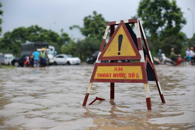 Hà Nội: Đại lộ Thăng Long ngập sâu hơn 1m sau trận mưa lớn - Ảnh 6.