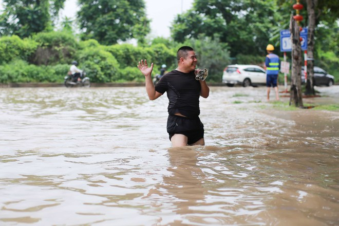 Hà Nội: Đại lộ Thăng Long ngập sâu hơn 1m sau trận mưa lớn - Ảnh 5.