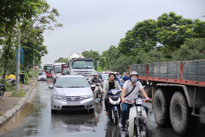Hà Nội: Đại lộ Thăng Long ngập sâu hơn 1m sau trận mưa lớn - Ảnh 4.