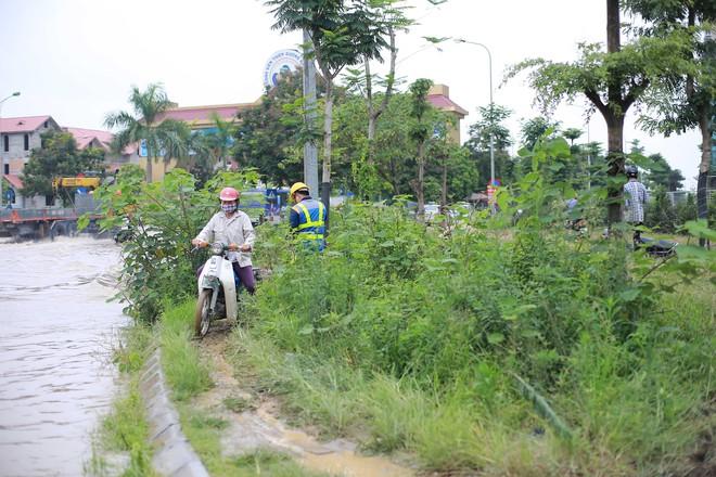 Hà Nội: Đại lộ Thăng Long ngập sâu hơn 1m sau trận mưa lớn - Ảnh 3.