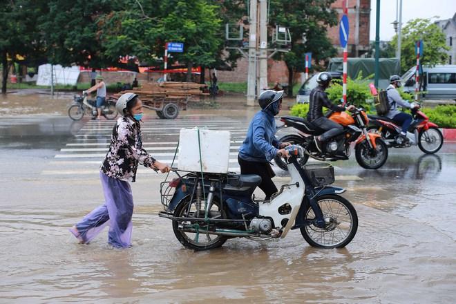 Hà Nội: Đại lộ Thăng Long ngập sâu hơn 1m sau trận mưa lớn - Ảnh 2.