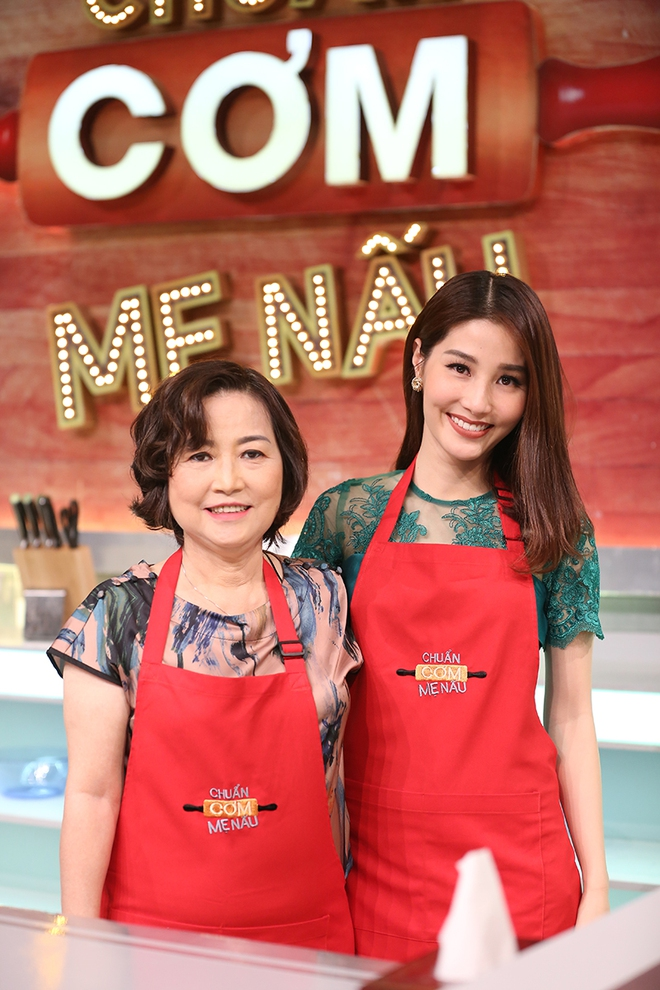 Diễm My 9X lần đầu khoe mẹ trẻ đẹp trên sóng truyền hình - Ảnh 3.