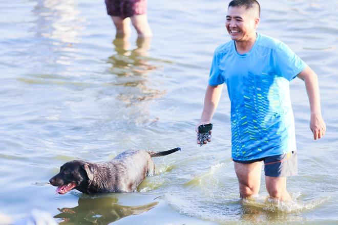 Nắng nóng đỉnh điểm, chủ mặc kín như ninja lội nước, chó cưng vùng vẫy ở Hồ Tây - Ảnh 4.