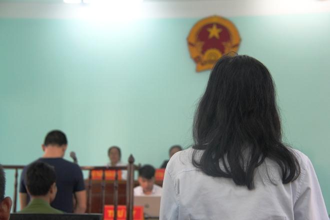 Giao cấu với chị 16 tuổi có bầu, nam thanh niên dâm ô với em gái 13 tuổi, VKS chỉ đề nghị 15-18 tháng tù - Ảnh 4.