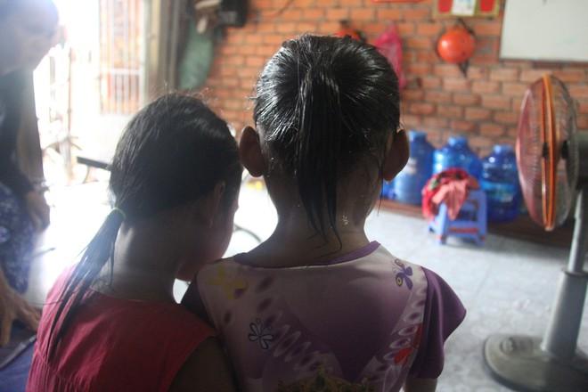 Vụ hai bé gái song sinh 6 tuổi nghi bị hàng xóm xâm hại: Quyết định tạm đình chỉ điều tra - Ảnh 2.