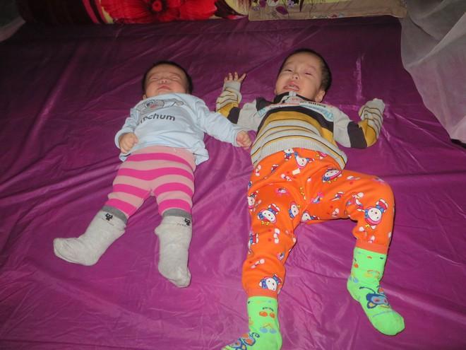 Hai đứa con thơ đều mắc bệnh teo não từ 6 tháng tuổi, đôi vợ chồng nghèo đau đớn nhìn con héo úa từng ngày - Ảnh 2.