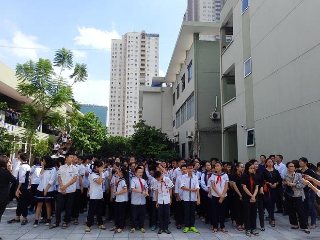 Tang lễ thầy Văn Như Cương: Học sinh trường Lương Thế Vinh hát khi linh cữu đi qua - Ảnh 16.
