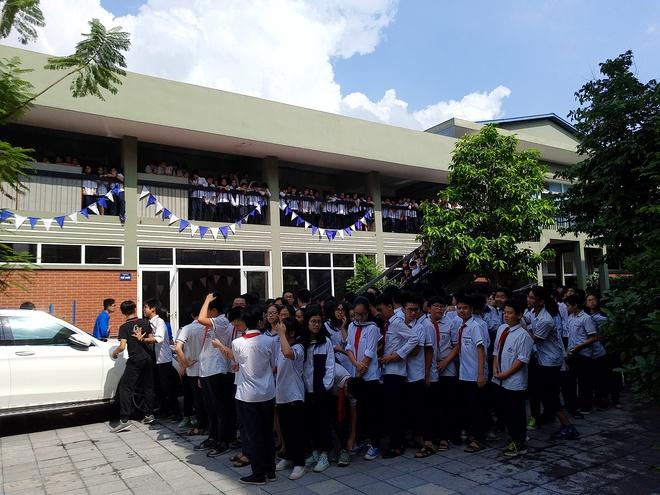 Tang lễ thầy Văn Như Cương: Học sinh trường Lương Thế Vinh hát khi linh cữu đi qua - Ảnh 17.