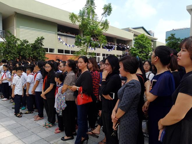 Tang lễ thầy Văn Như Cương: Học sinh trường Lương Thế Vinh hát khi linh cữu đi qua - Ảnh 18.