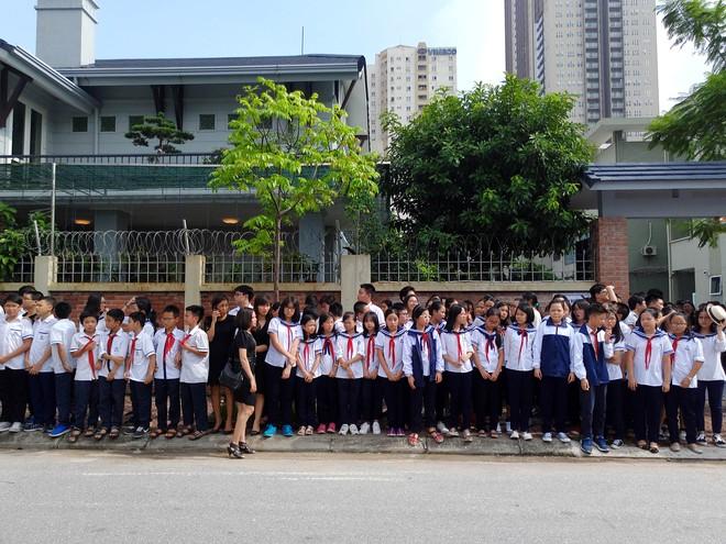 Tang lễ thầy Văn Như Cương: Học sinh trường Lương Thế Vinh hát khi linh cữu đi qua - Ảnh 15.