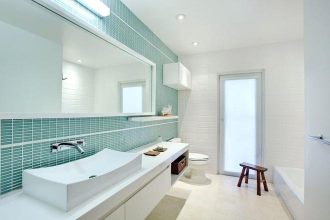 Thổi bay cảm giác oi bức ngày hè với phòng tắm xanh – trắng mát lịm - Ảnh 1.