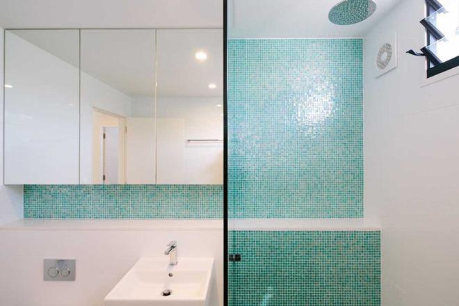 Thổi bay cảm giác oi bức ngày hè với phòng tắm xanh – trắng mát lịm - Ảnh 8.