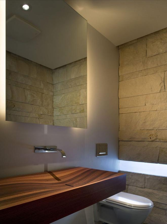 Chẳng cần nhiều, một chiếc bồn rửa tay bằng gỗ cũng đủ mang nét tự nhiên ngập tràn phòng tắm - Ảnh 2.