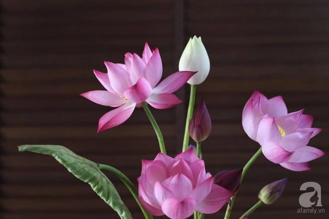 Những cách cắm hoa sen khiến vạn người mê của hai ông bố trẻ - Ảnh 1.