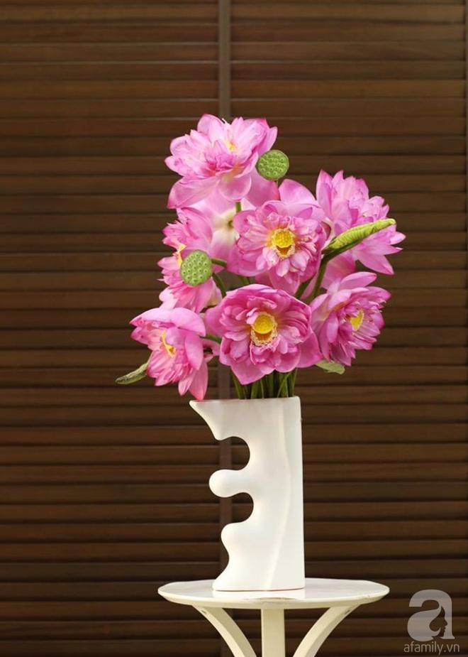 Những cách cắm hoa sen khiến vạn người mê của hai ông bố trẻ - Ảnh 18.