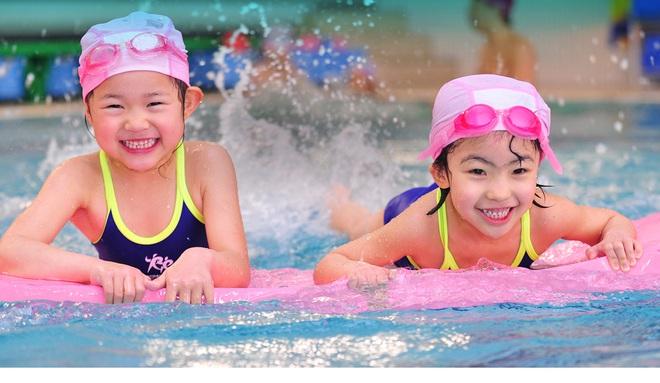 Những lưu ý đặc biệt quan trọng khi đưa con đi bơi trong những ngày nắng nóng - Ảnh 1.