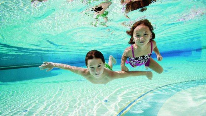 Những lưu ý đặc biệt quan trọng khi đưa con đi bơi trong những ngày nắng nóng - Ảnh 2.
