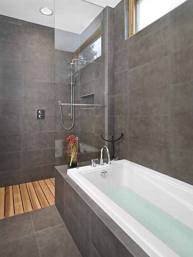 Ngỡ ngàng trước vẻ đẹp nền nã của những phòng tắm trắng xám - Ảnh 1.