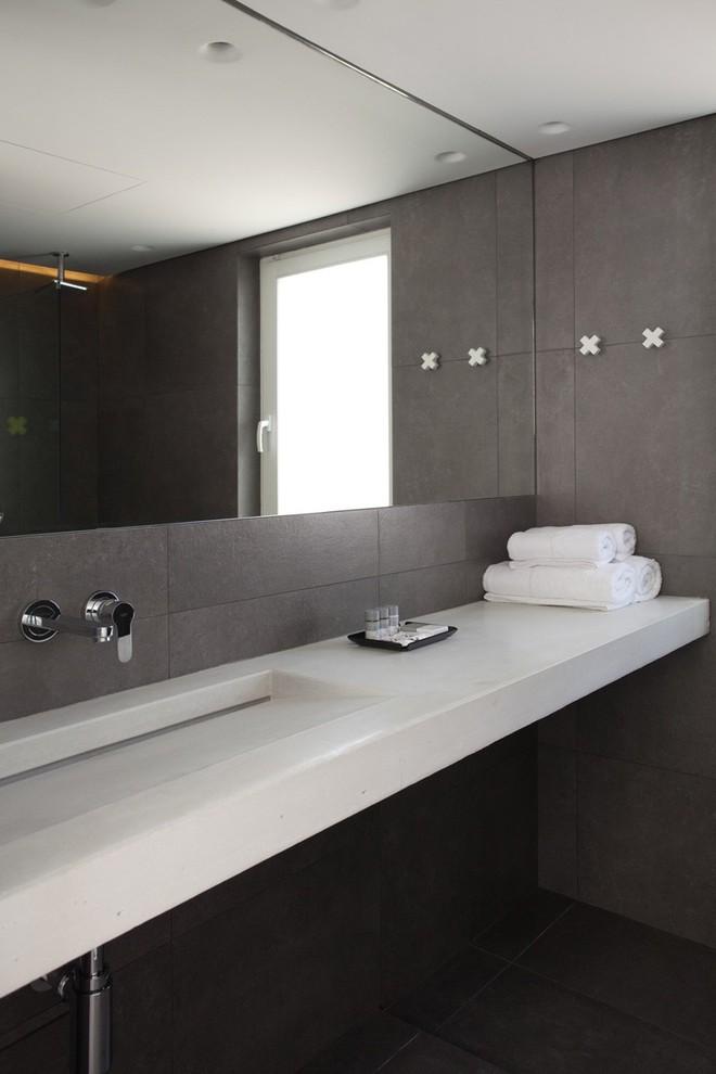 Ngỡ ngàng trước vẻ đẹp nền nã của những phòng tắm trắng xám - Ảnh 4.