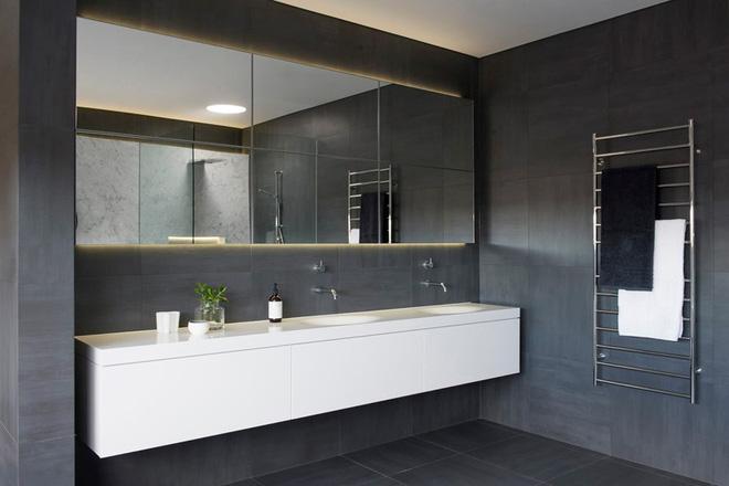 Ngỡ ngàng trước vẻ đẹp nền nã của những phòng tắm trắng xám - Ảnh 6.
