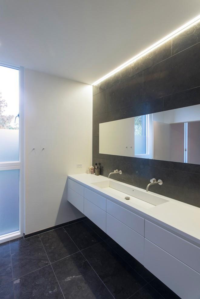 Ngỡ ngàng trước vẻ đẹp nền nã của những phòng tắm trắng xám - Ảnh 7.