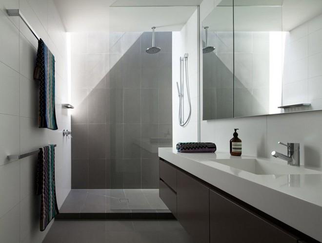 Ngỡ ngàng trước vẻ đẹp nền nã của những phòng tắm trắng xám - Ảnh 8.