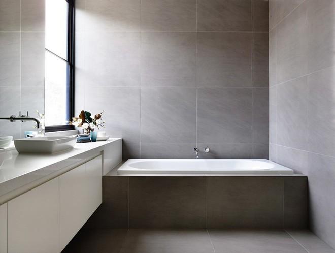Ngỡ ngàng trước vẻ đẹp nền nã của những phòng tắm trắng xám - Ảnh 9.