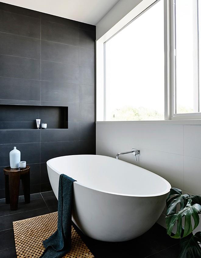 Ngỡ ngàng trước vẻ đẹp nền nã của những phòng tắm trắng xám - Ảnh 10.