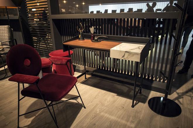 Những mẫu bàn làm việc gọn nhẹ giúp bạn có ngay văn phòng tại nhà dù nhà không rộng rãi  - Ảnh 1.