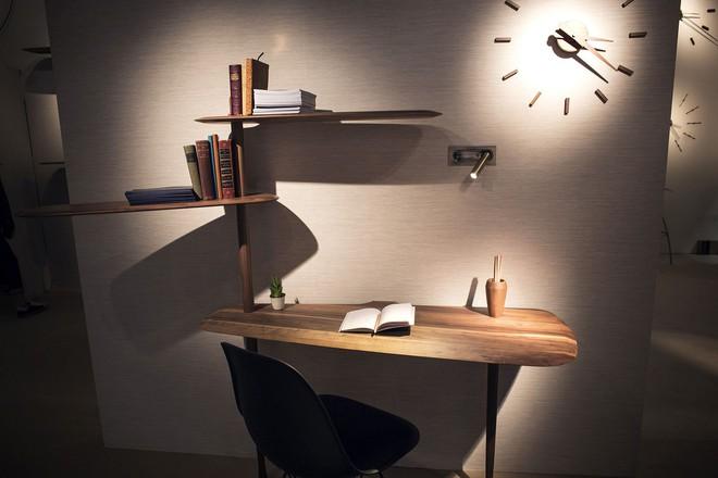 Những mẫu bàn làm việc gọn nhẹ giúp bạn có ngay văn phòng tại nhà dù nhà không rộng rãi  - Ảnh 3.