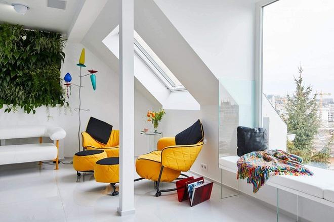 Ngôi nhà trắng tinh với điểm nhấn là các màu đơn sắc nổi bật, tưởng không xinh mà hóa ra lại xinh không tưởng - Ảnh 1.
