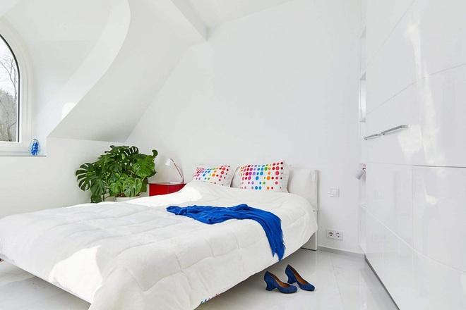 Ngôi nhà trắng tinh với điểm nhấn là các màu đơn sắc nổi bật, tưởng không xinh mà hóa ra lại xinh không tưởng - Ảnh 17.