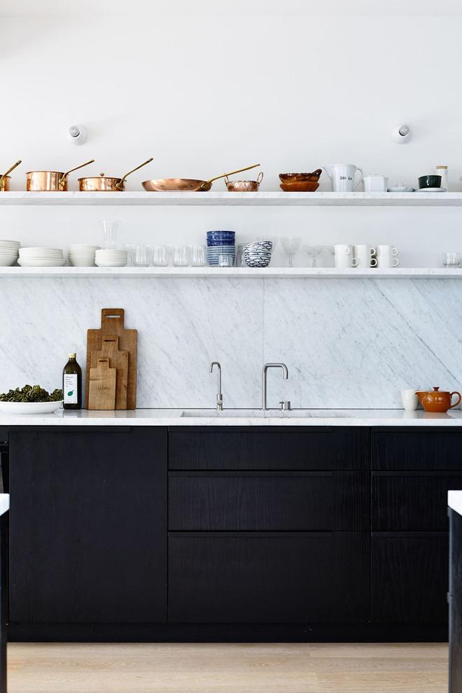 19 ví dụ minh chứng rằng một căn bếp hoàn hảo không thể nào thiếu được những chiếc kệ mở - Ảnh 9.