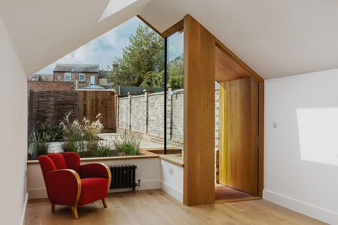 Thiết kế nhà ống tận dụng cửa kính lớn và các cửa sổ nhỏ đang trở thành xu hướng của năm - Ảnh 1.