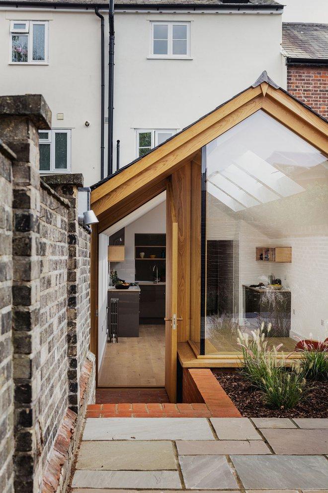 Thiết kế nhà ống tận dụng cửa kính lớn và các cửa sổ nhỏ đang trở thành xu hướng của năm - Ảnh 3.