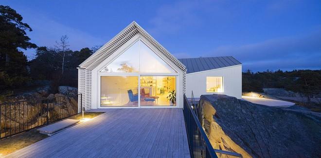 Ngôi nhà đẹp như tranh vẽ nằm sát bờ biển khiến bao người mơ ước - Ảnh 1.